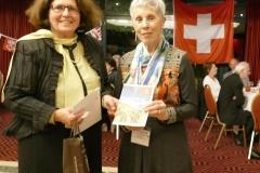 Mme Françoise Béti (GEHP), gagnante du voyage Suisse Tourisme et la présidente de l'UASF