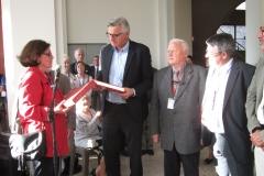 remise du cadeau au maire par FML